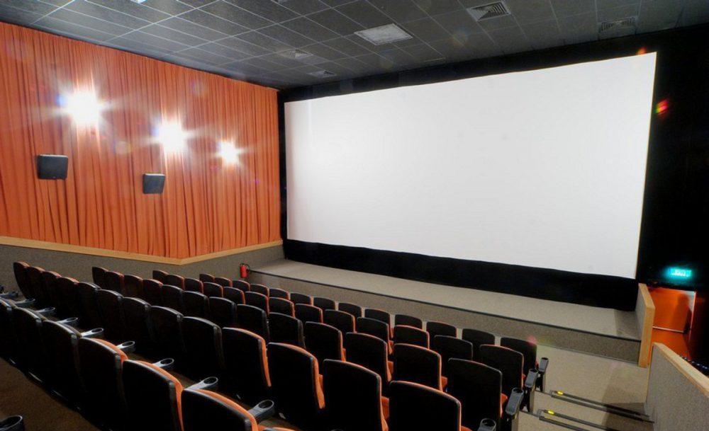 Кинотеатр находится в многофункциональном торговом центре кэмп-щелково на центральной улице города щелково