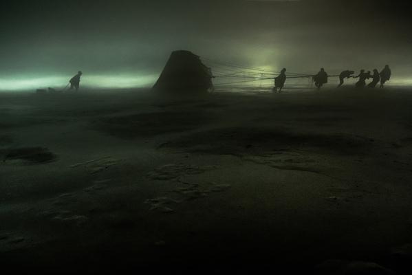 Кадр фильма Чужая Земля